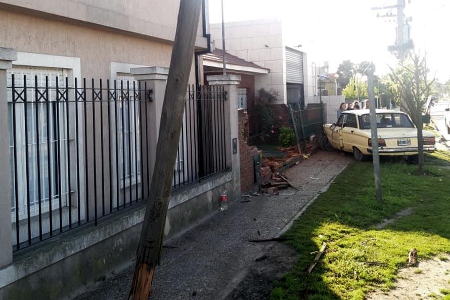 Manejaba alcoholizado, chocó un poste y derribó la reja de una casa