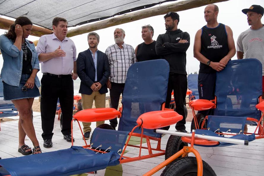Se entregaron sillas anfibias para personas con discapacidad