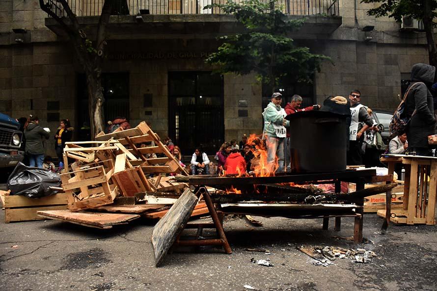 Protesta de organizaciones sociales por trabajo, alimentos y pagos adeudados