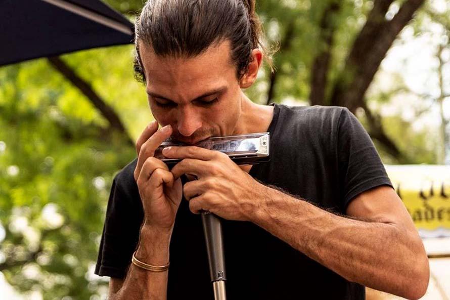 """El armonicista Santiago Álvarez presenta su disco debut """"Domingo"""""""