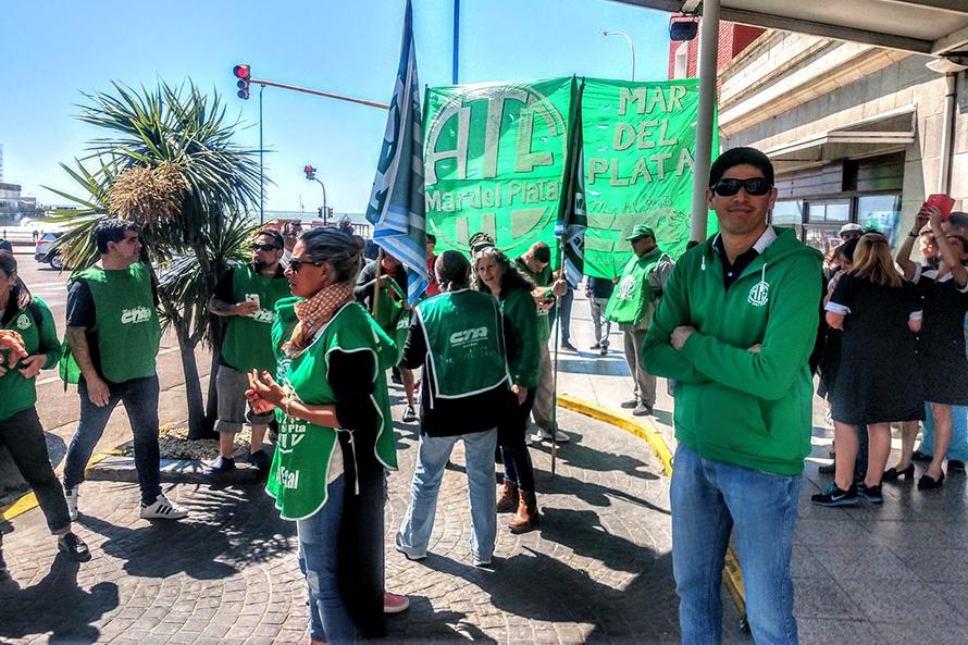 Protesta por incumplimientos frente a los hoteles de las Fuerzas Armadas