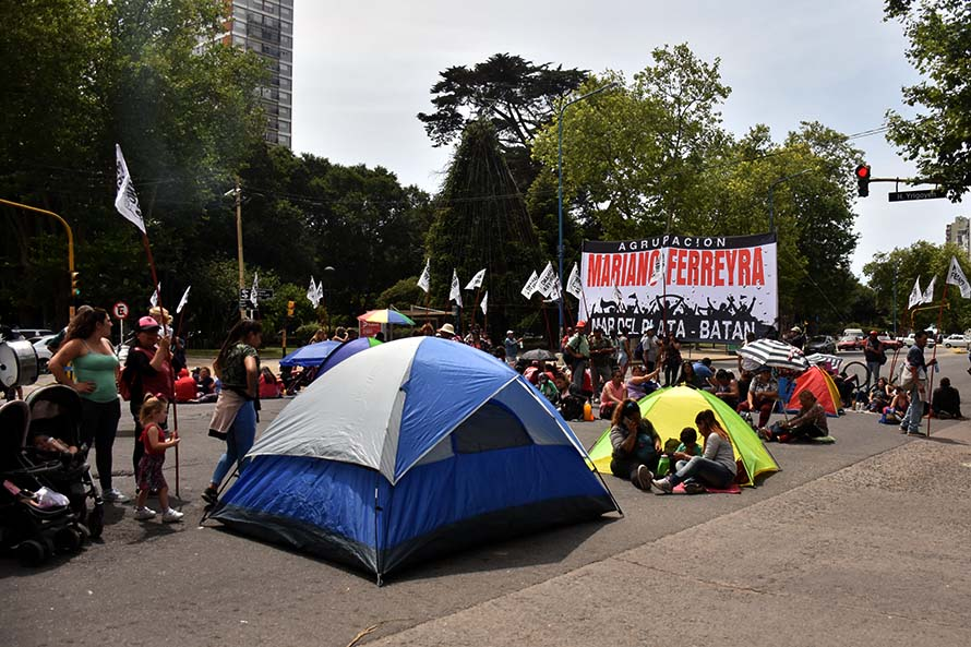 A la espera de respuestas, iniciaron un acampe frente a la Municipalidad