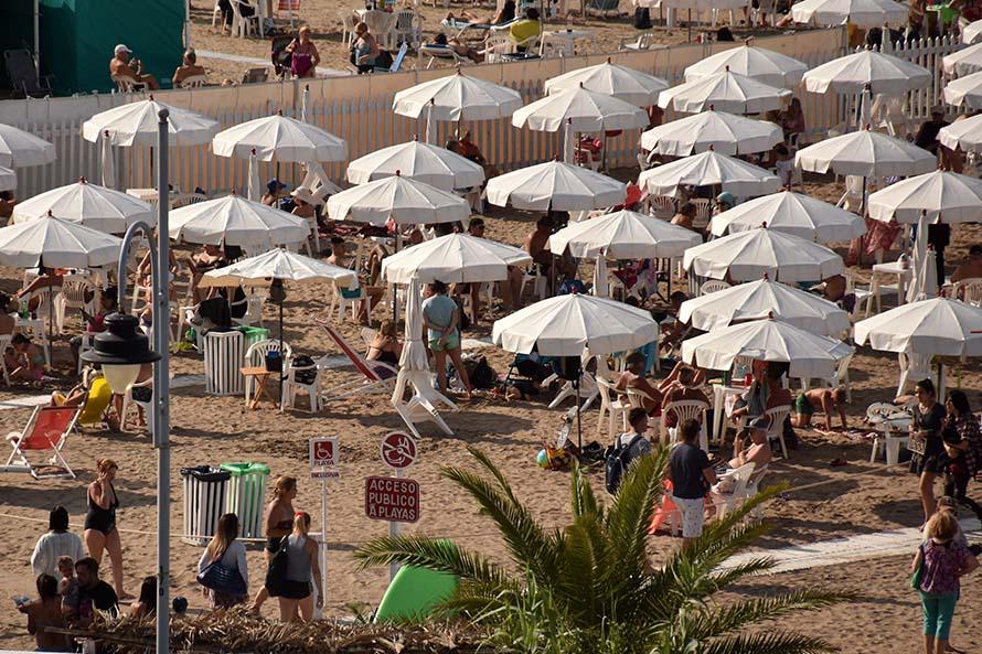 Paseo Hermitage: avanza el verano y solo pusieron la mitad de las sombrillas públicas