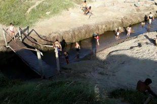 Luna Roja: los desagües ilegales sobre un arroyo donde se bañaban grandes y chicos