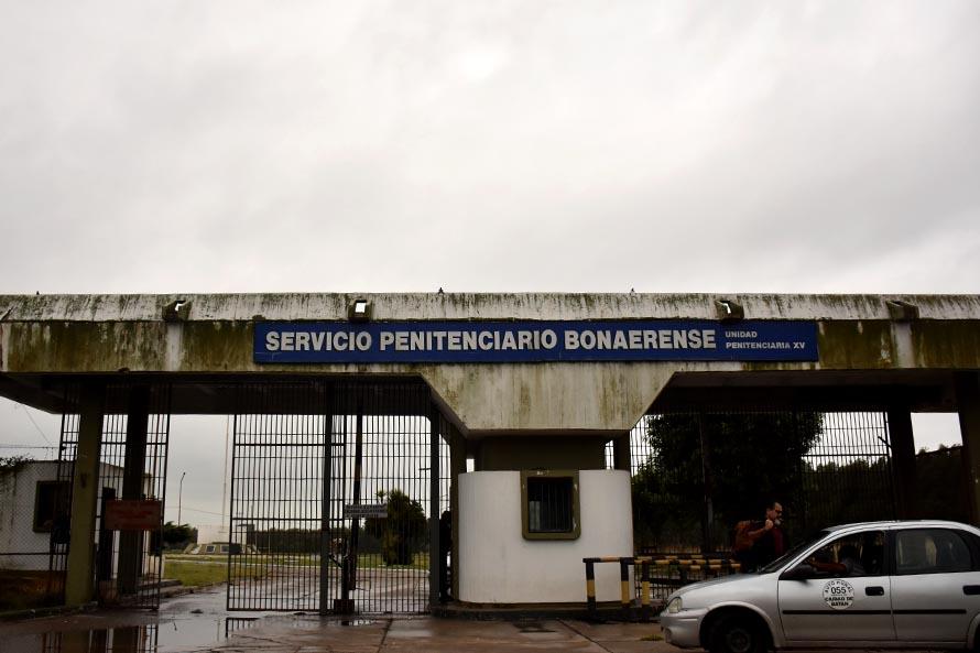 Autorizan a los internos de la cárcel de Batán a utilizar celulares tras el cese de las visitas