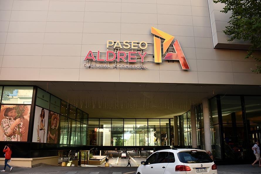 Dos años después, Aldrey Iglesias volvió a poner los carteles del shopping