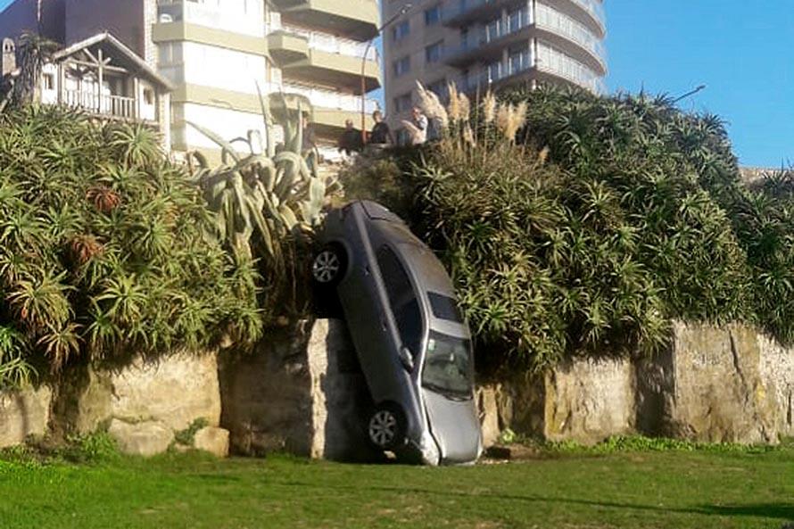 Un auto cayó por el barranco del Paseo Dávila tras un fuerte choque