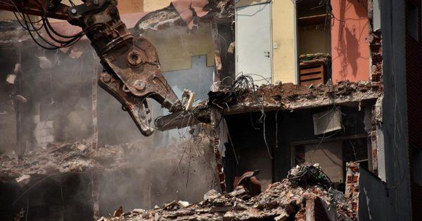Torres y Liva: a 54 días del incendio, comenzó la demolición del edificio