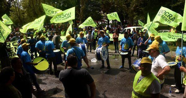 Obreros de la construcción reclamaron trabajo frente a la Municipalidad