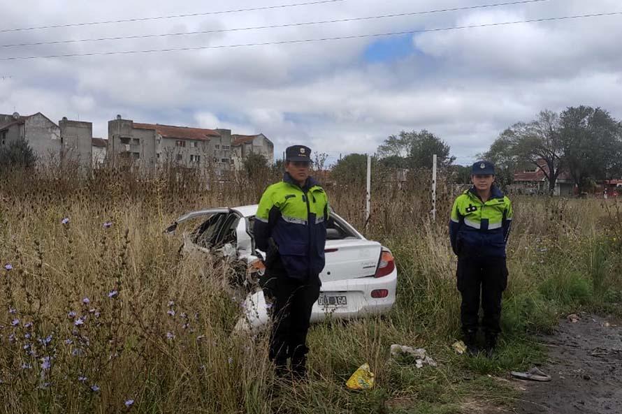 Robaron, escaparon en un auto, se tirotearon con la policía y chocaron: una joven detenida