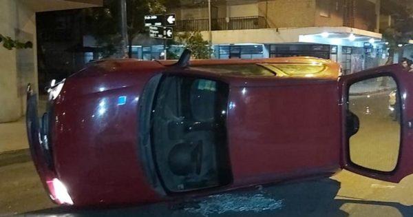 Perdió el control del auto, chocó y volcó: estaba alcoholizado