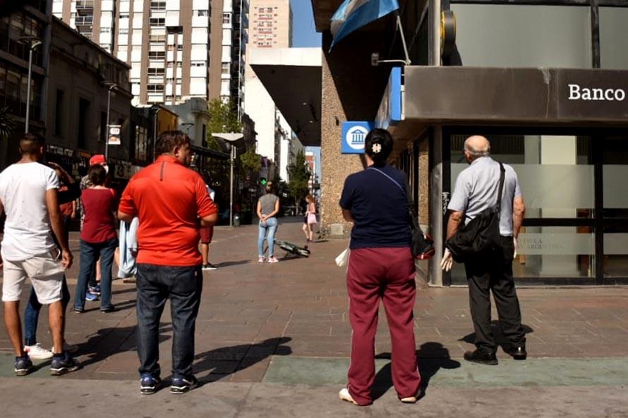 En plena cuarentena, largas filas en los cajeros, quejas y reclamos a los bancos