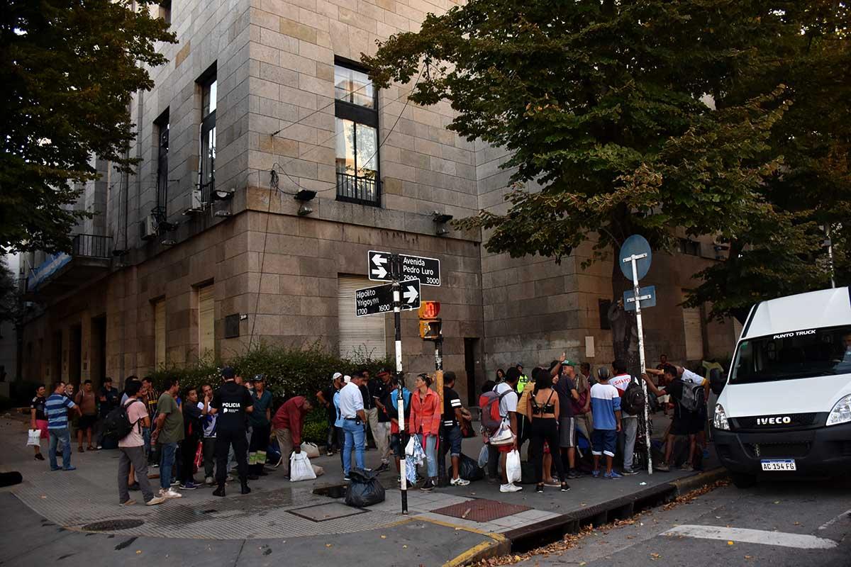En medio de la cuarentena, reclamo de personas en situación de calle frente al Municipio