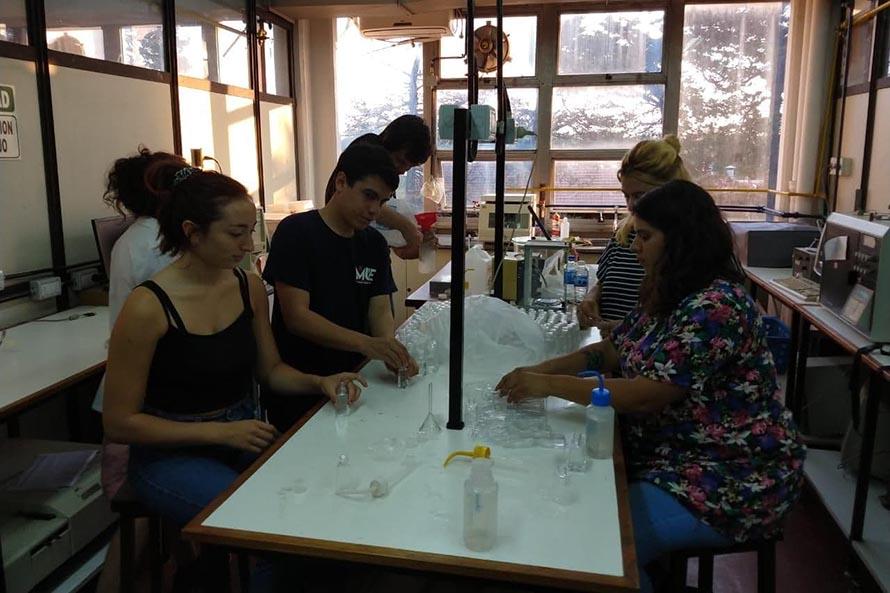 Ante las escasez, estudiantes de la Universidad producen alcohol en gel