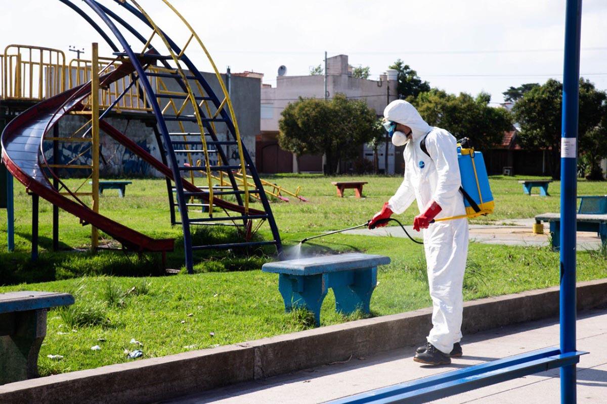 Fumigan espacios públicos para prevenir la transmisión del coronavirus