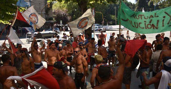 Ruidosa protesta de guardavidas: reclaman que se regularice su situación