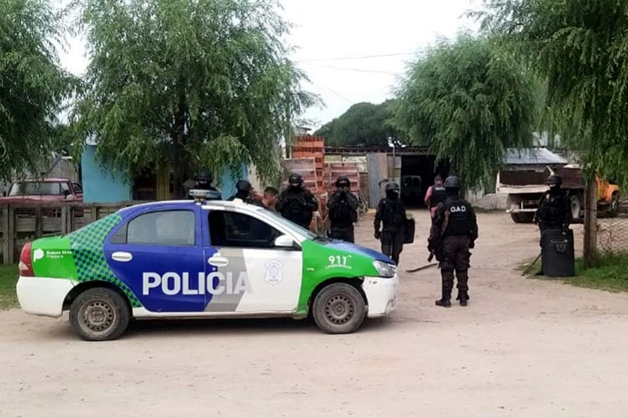 Abordaron a una pareja mientras esperaba el colectivo para robarle: un detenido