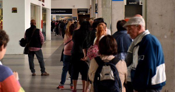 Largas filas en la Terminal por la suspensión del transporte de larga distancia
