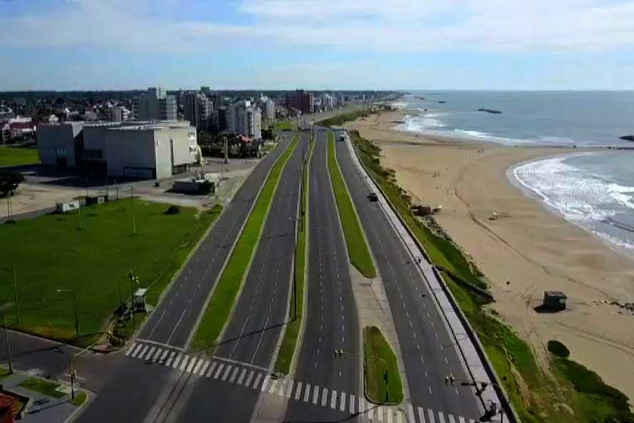 Patrullan la ciudad con drones para controlar el cumplimiento de la cuarentena