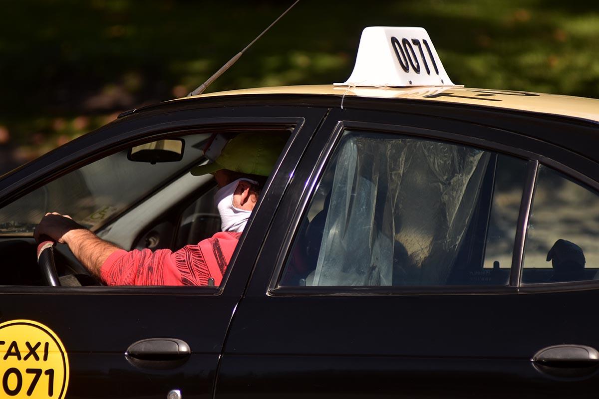 Taxis: de cara a la temporada, proyectan un aumento desdoblado en la tarifa