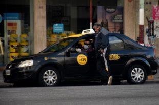 """¿Bajada de bandera a $150?: afirman que la rentabilidad de taxis """"bajó al mínimo"""""""