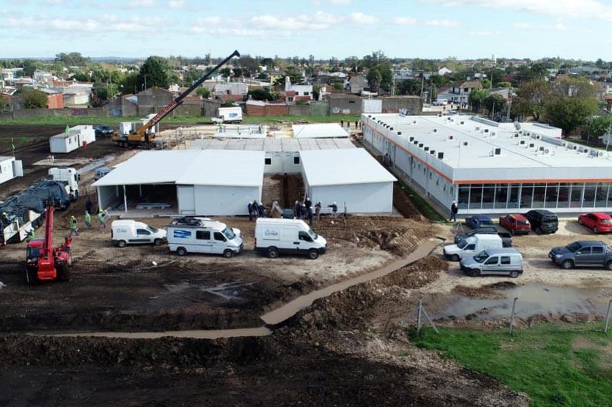 Hospital modular: a contrarreloj, instalan 500 metros de cañerías de agua y cloacas
