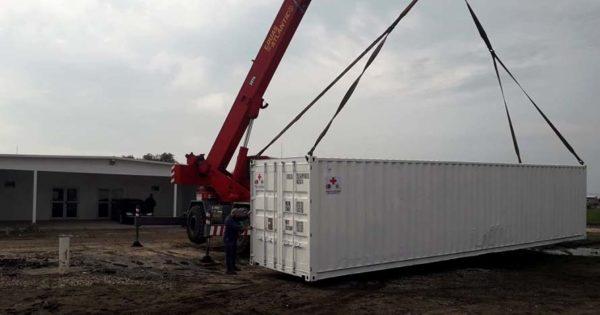 Hospital modular: instalan dos contenedores para el depósito de insumos