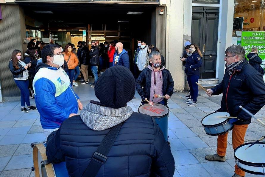 Protesta de empleados de la línea 147 por salarios impagos y falta de insumos sanitarios