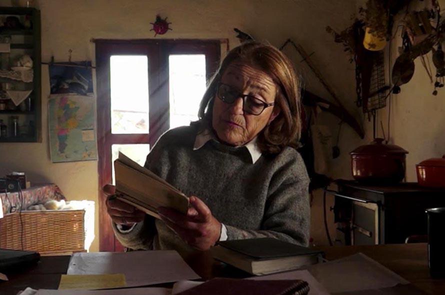 """Estrenos de cine en cuarentena: """"Los versos salvados"""" y """"Algo con una mujer"""""""