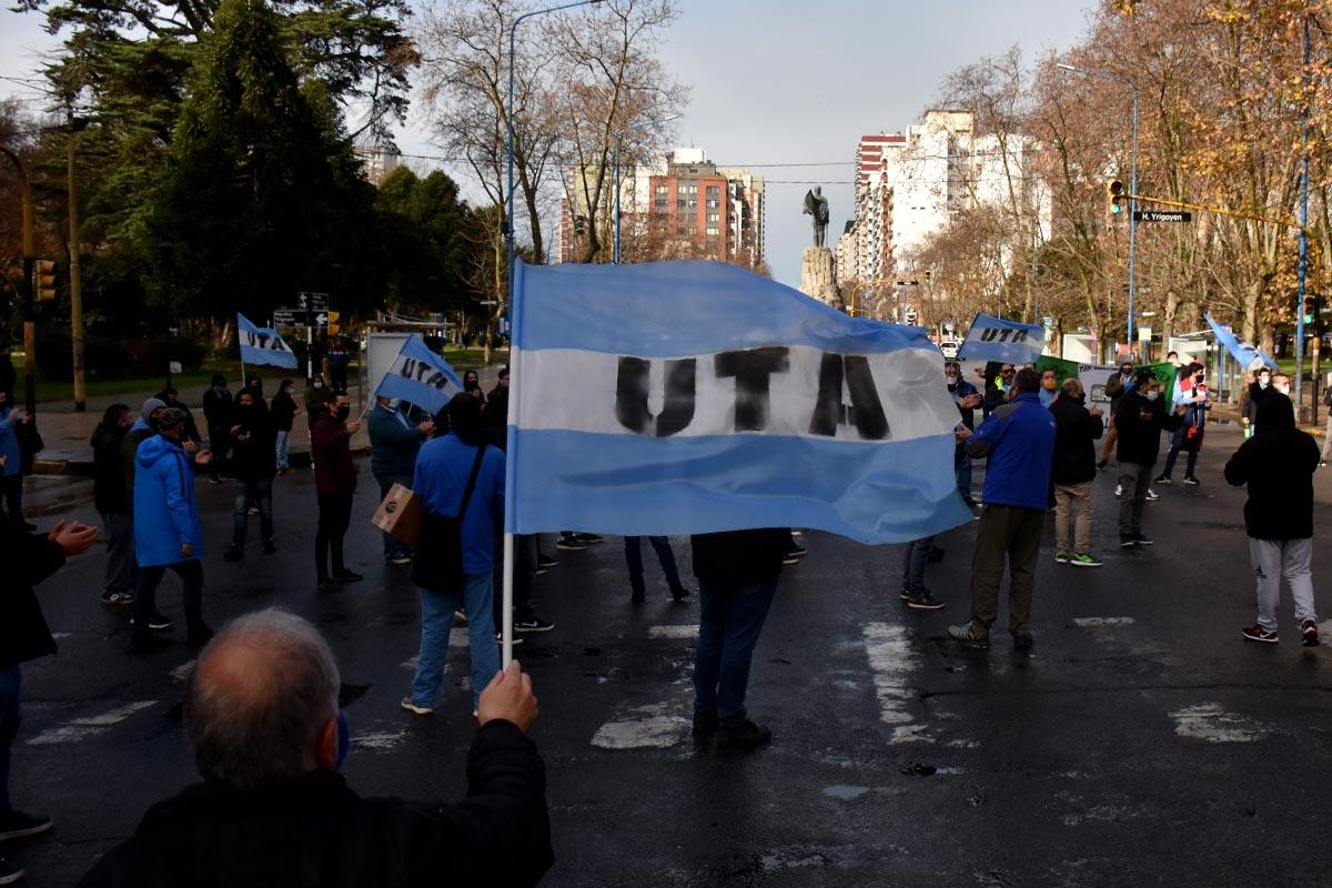 Choferes de líneas de media distancia también reclamaron por deudas en la sede de la UTA