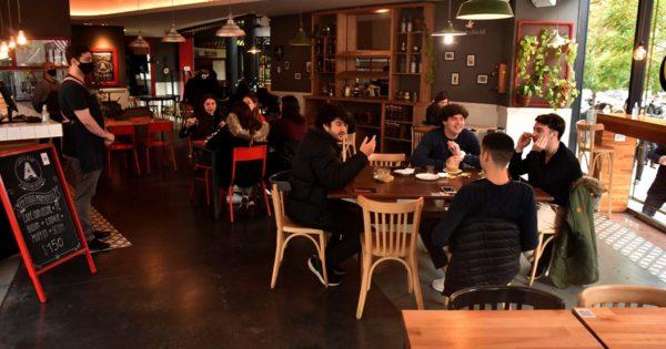 Montenegro firmó el decreto y este miércoles se amplía la apertura de la gastronomía