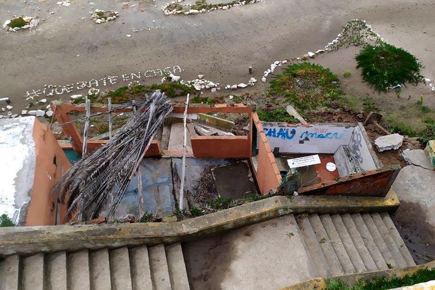 Los Acantilados: por la sudestada se derrumbó una escalera de la playa pública