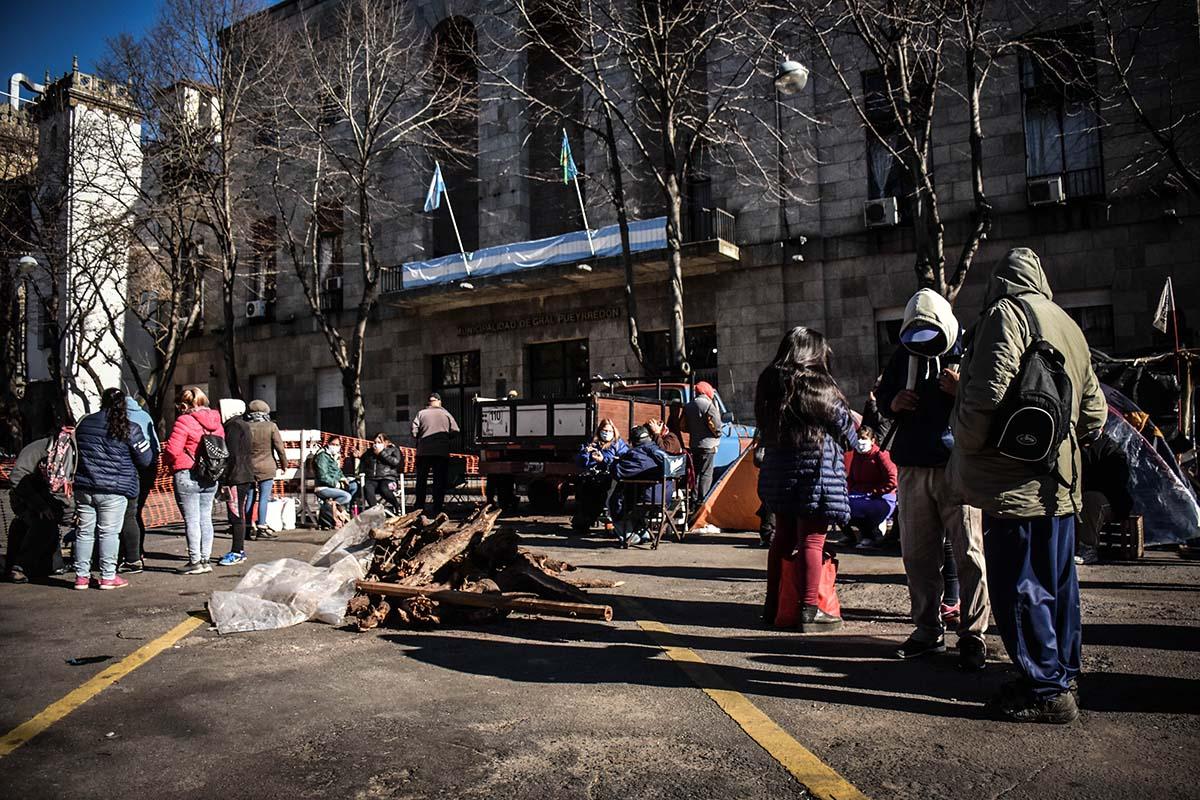Sin respuestas al pedido de alimentos, doce días de acampe frente al Municipio
