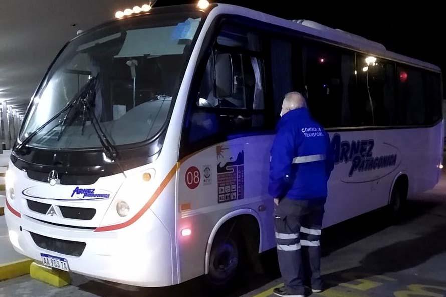 Retienen un minibus sin permiso en el ingreso a Mar del Plata