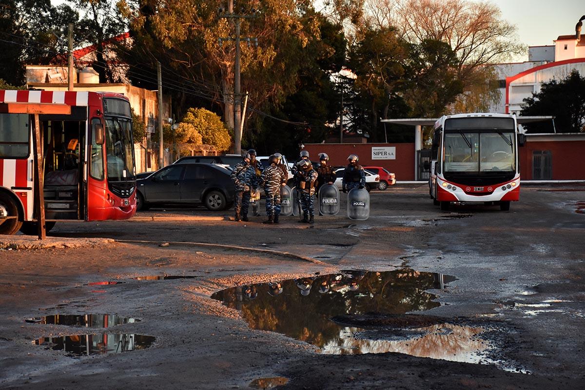 Tras los incidentes, se mantiene el corte y el paro de colectivos en Mar del Plata