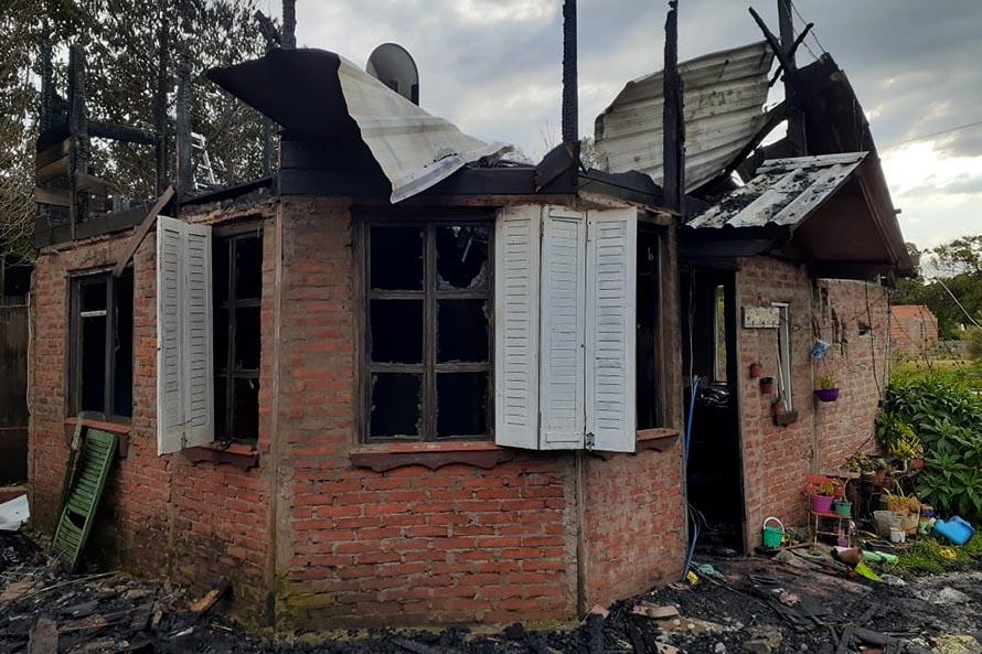 """""""Una casa para Tino"""", la colecta para una familia de Los Lobos que perdió todo en un incendio"""
