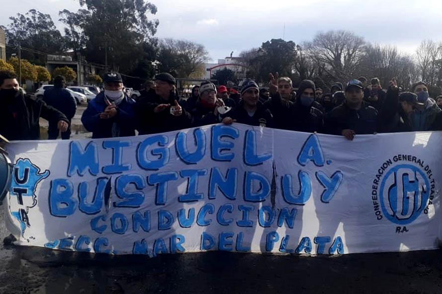 Colectivos: sigue el conflicto interno de la UTA, el bloqueo y el paro de choferes