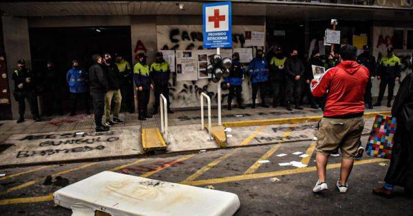 Nuevos reclamos, protesta y tensión frente al Hospital Español