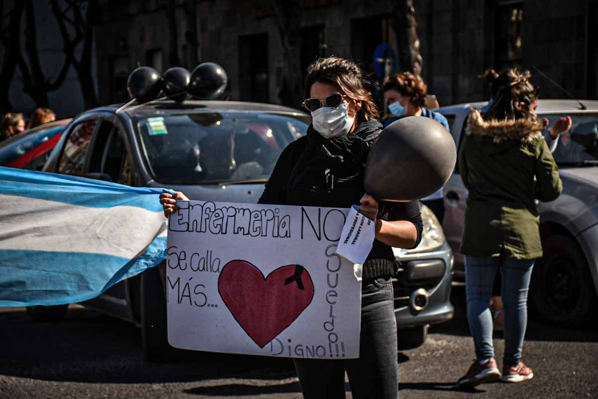Protesta de enfermeros: abrazo solidario en el HIGA y caravana hasta el Municipio