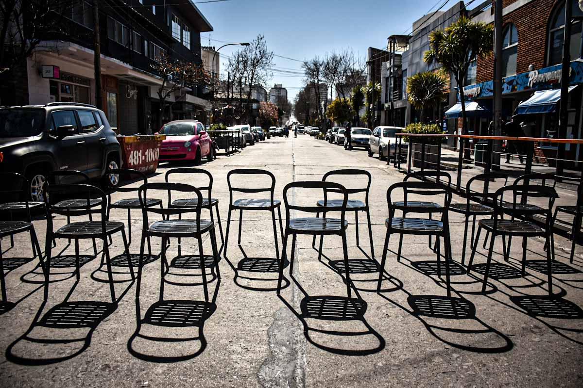 Con mesas en las calles, gastronómicos reclaman ayuda y la reapertura