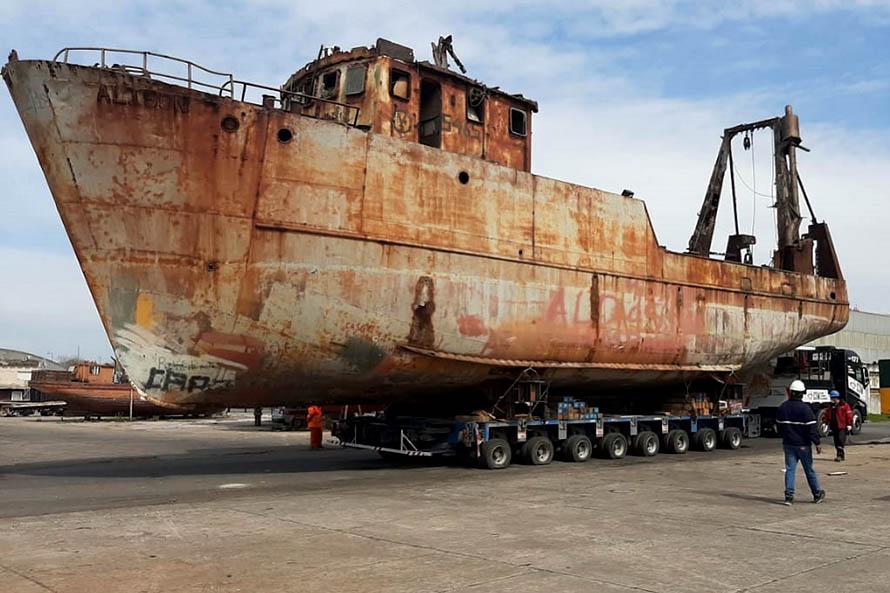 Puerto: removieron un buque que estuvo 35 años ocupando espacios operativos
