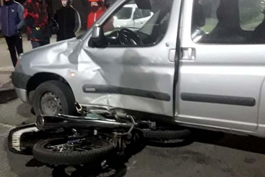 Un motociclista herido tras un choque con una camioneta