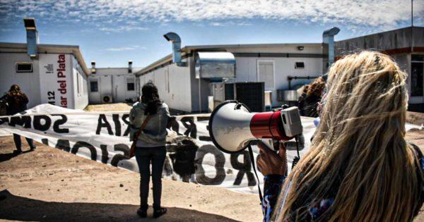 """Otro abrazo solidario de enfermeros en el HIGA: """"Nos tratan como descartables"""""""