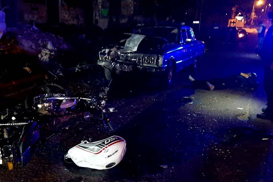 Iban en moto, chocaron con un contenedor y fueron atropellados por un auto