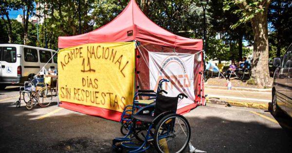 Discapacidad: sin avances, continúa el acampe de transportistas frente al Municipio