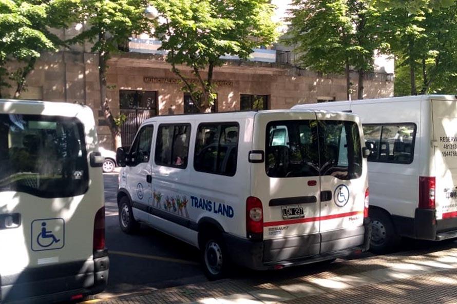 Transportistas de personas con discapacidad acampan frente al Municipio