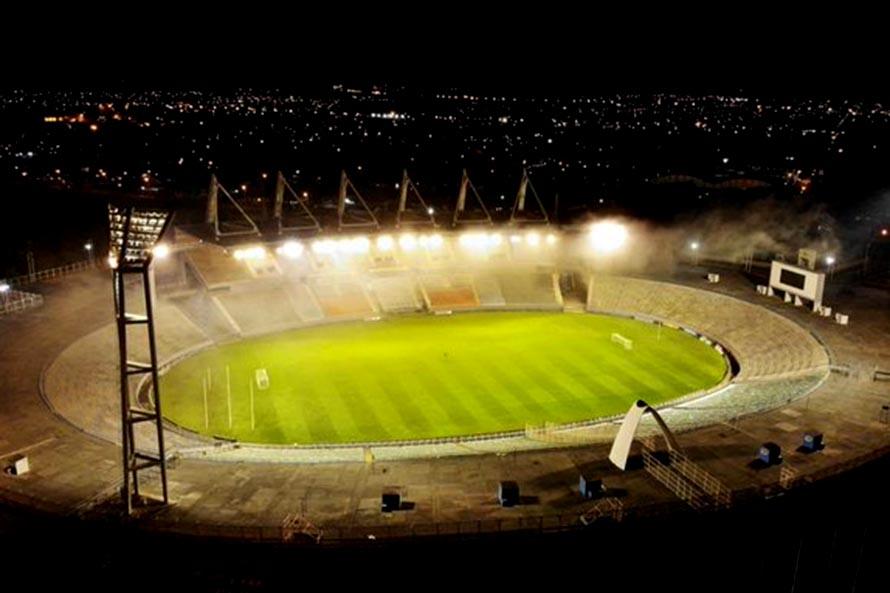 El estadio Minella se iluminó para homenajear a Diego Maradona