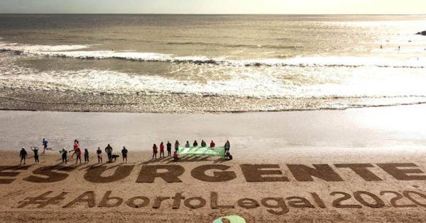 Una intervención en la playa para pedir #AbortoLegal2020