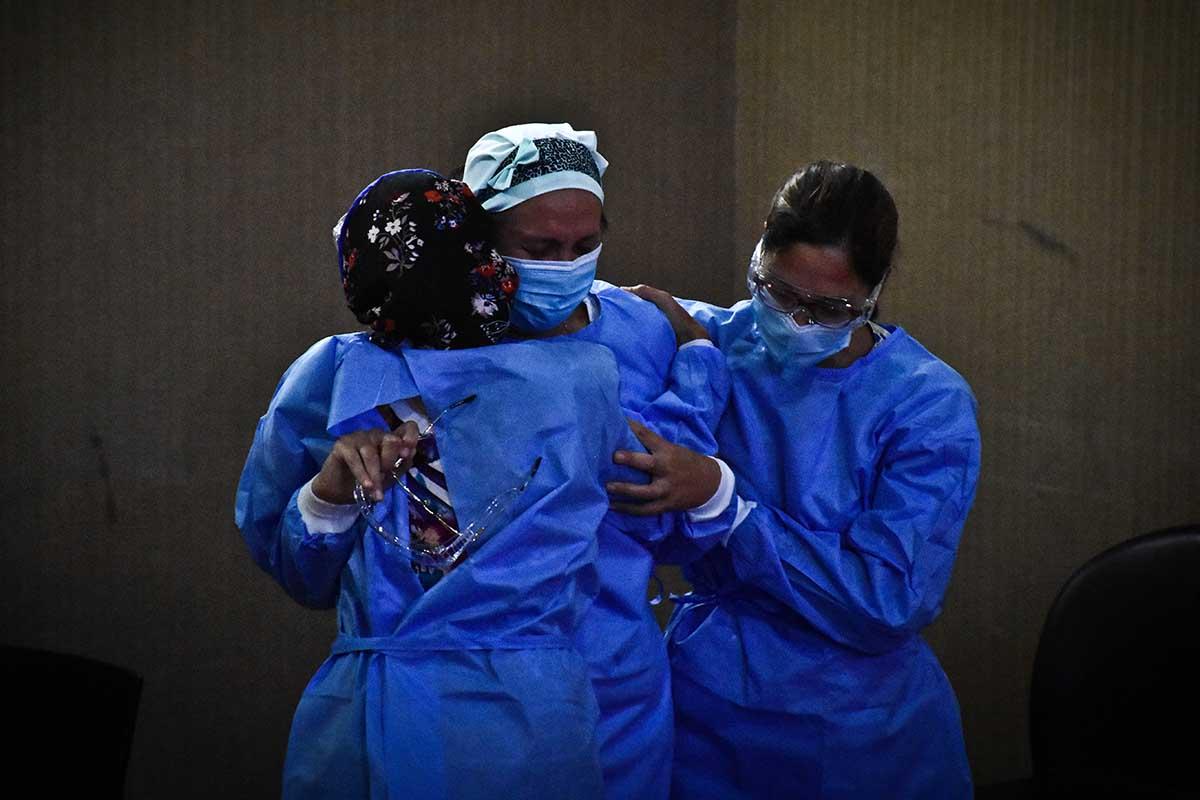 """Los primeros trabajadores de salud, tras aplicarse la vacuna: """"Fue muy emocionante"""""""