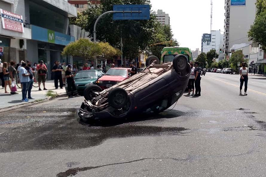 Violento choque y vuelco en la avenida Independencia y Moreno